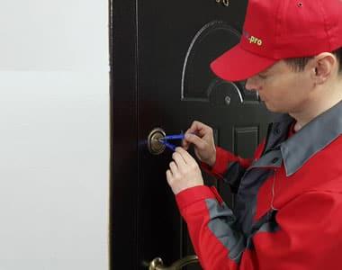 мастер открывает дверь
